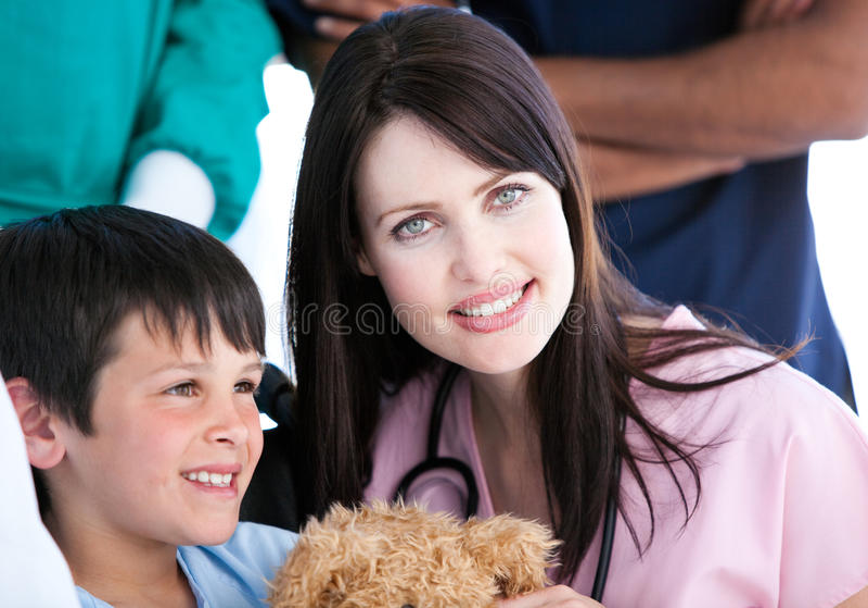 Aufmerksame Krankenschwester mit ihrem Patienten stockbild
