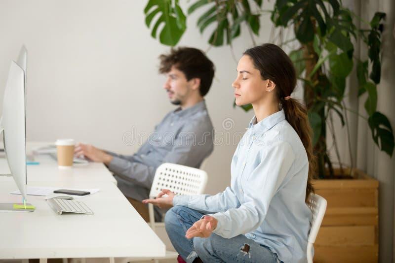 Aufmerksame ruhige junge Frau, die Pause im Büro für Meditation macht lizenzfreie stockfotos