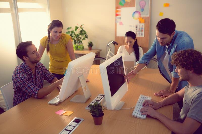 Aufmerksames Geschäftsteam, das an Laptops arbeitet stockbild
