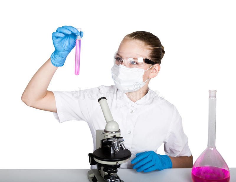 Aufmerksames Schulmädchen, das ein Chemieexperiment an der grundlegenden Wissenschaftsklasse leitet Studieren der Bakterien durch lizenzfreie stockbilder