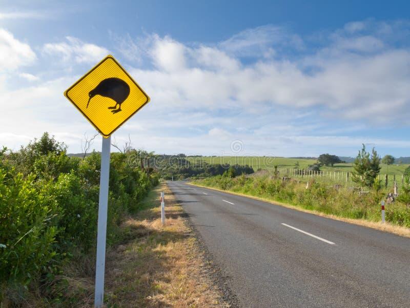 Aufmerksamkeits-Kiwi-Überfahrt Roadsign NZ an der landwirtschaftlichen Straße lizenzfreies stockbild