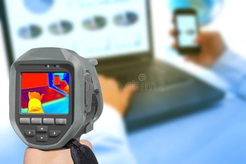 Aufnahme mit Wärmekamerahitze im Büro lizenzfreie stockfotos