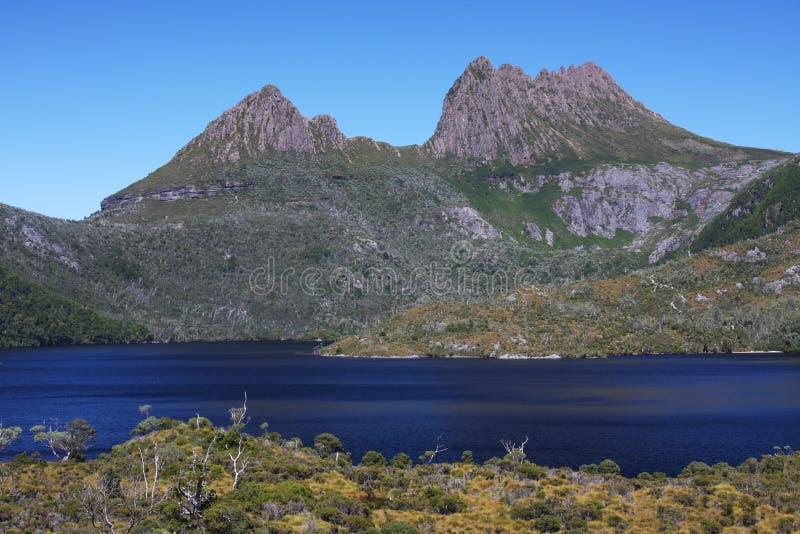 Aufnahmevorrichtungs-Berg und Dove See in Tasmanien lizenzfreie stockbilder