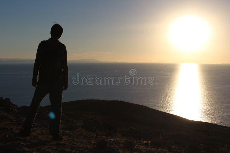 Aufpassen des Sonnenuntergangs auf Isla del Sol lizenzfreies stockfoto