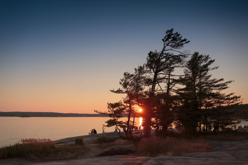 Aufpassen des Sonnenuntergangs vom felsigen Punkt lizenzfreies stockbild