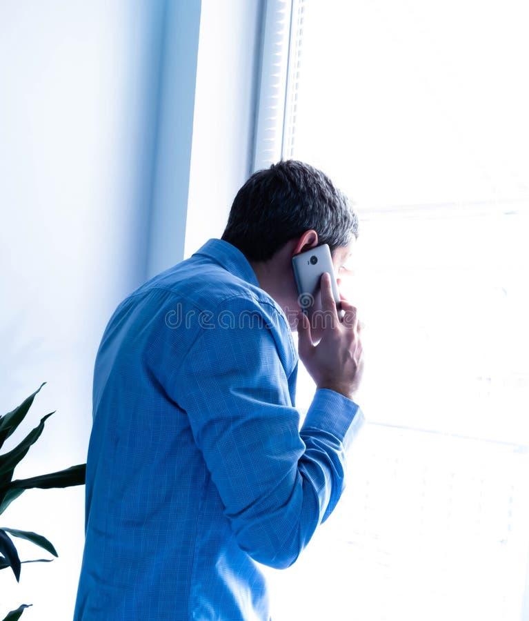 Aufpassen durch ein Bürofenster stockfotos