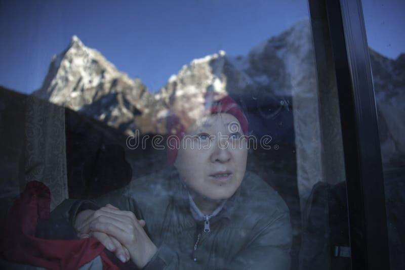 Aufpassende Berge Dame lizenzfreies stockfoto