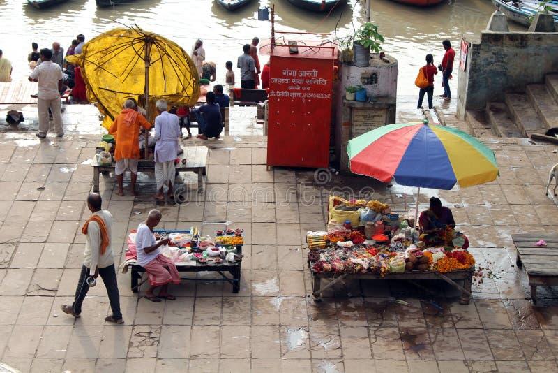 Aufpassende beschäftigte vorbereitende Rituale der lokalen Leute bei Assi Ghat in Var stockfotos