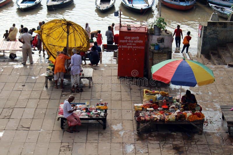 Aufpassende beschäftigte vorbereitende Rituale der lokalen Leute bei Assi Ghat in Var stockfotografie