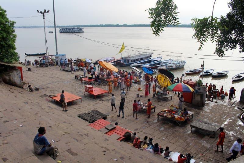 Aufpassende beschäftigte vorbereitende Rituale der lokalen Leute bei Assi Ghat in Var lizenzfreie stockfotografie