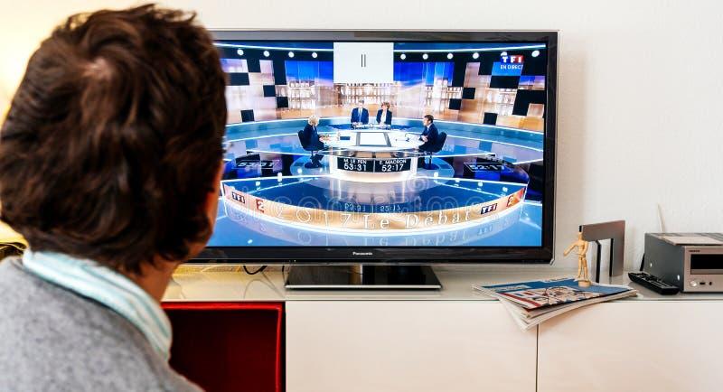 Aufpassende Debatte des Bewerberanhängers zwischen Emmanuel Macron und stockfotos