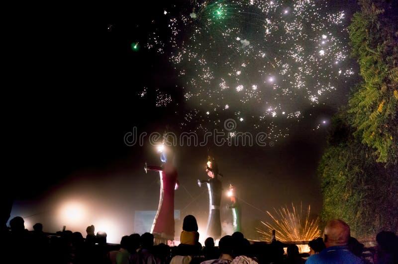 Aufpassende Feuerwerke der Menge an dussera Feier lizenzfreie stockfotos
