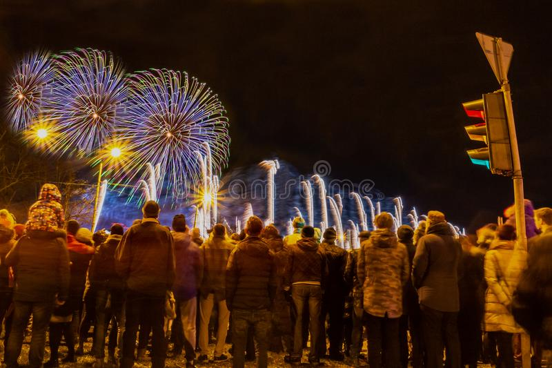 Aufpassende Feuerwerke der Menge und Feiern lizenzfreies stockfoto