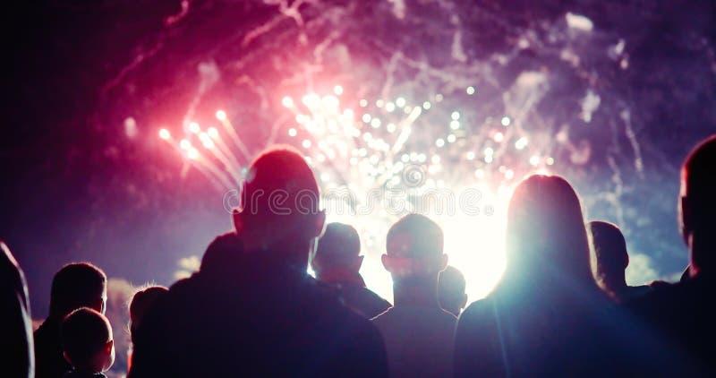 Aufpassende Feuerwerke der Menge und Feiern Sylvesterabend lizenzfreies stockbild