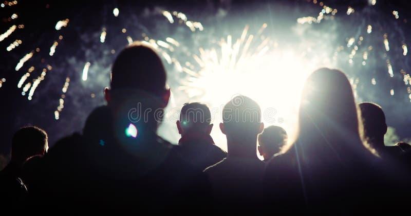 Aufpassende Feuerwerke der Menge und Feiern Sylvesterabend stockfotos