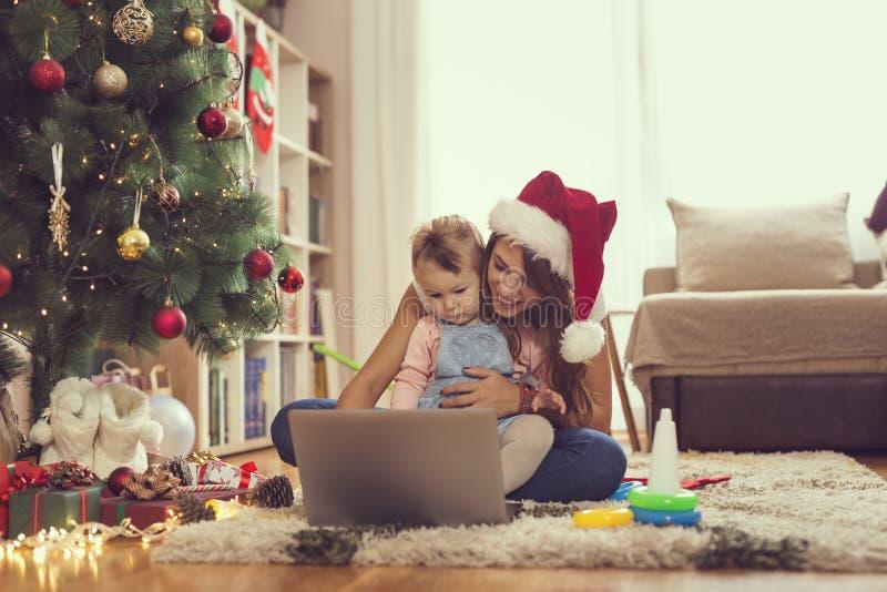 Aufpassende Karikaturen auf Weihnachtsmorgen stockbilder