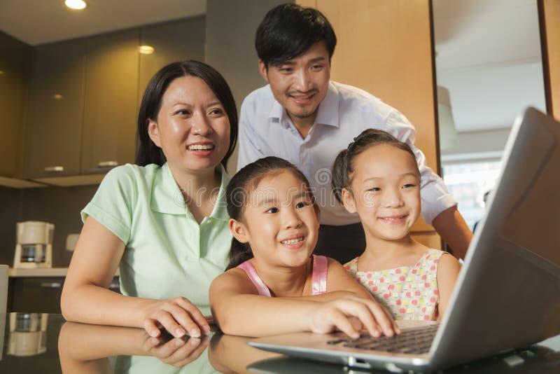 Aufpassender Film der Familie auf dem Laptop lizenzfreie stockfotos