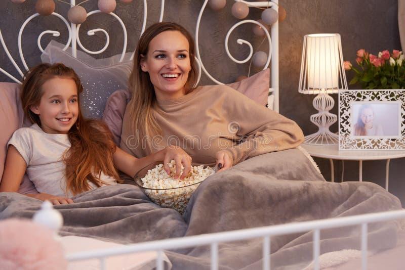 Aufpassender Film der Mutter und der Tochter lizenzfreies stockfoto