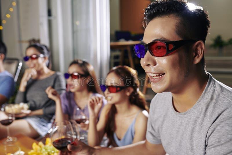 Aufpassender Film des Mannes mit Freunden lizenzfreie stockfotografie