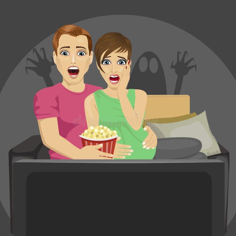 Aufpassender Horrorfilm der jungen Paare zu Hause, der mit Popcorn auf Sofa sitzt vektor abbildung