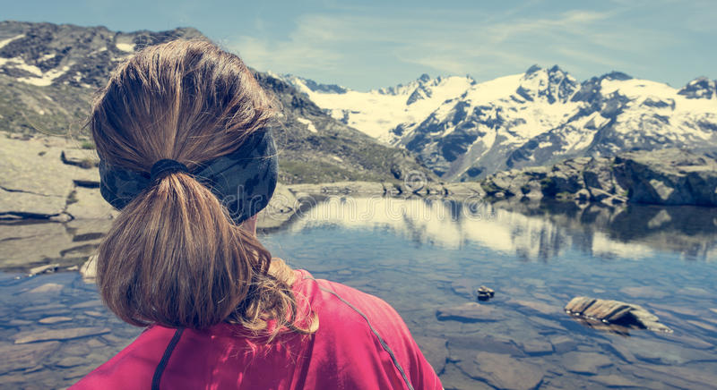 Aufpassender See der jungen Frau Gebirgs lizenzfreies stockfoto