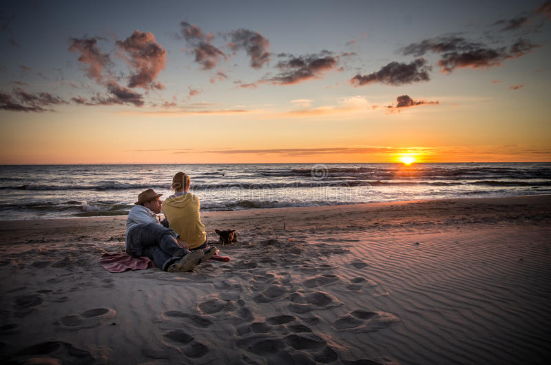 Aufpassender Sonnenuntergang der liebevollen Paare stockfotografie