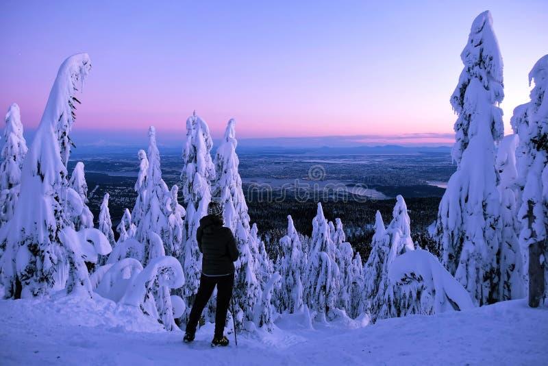 Aufpassender Sonnenuntergang des Frauenwanderers von der Gebirgsspitze stockbild