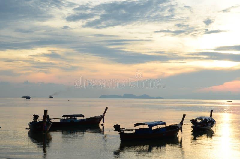 Aufpassender Sonnenuntergang in Meer lizenzfreie stockfotos