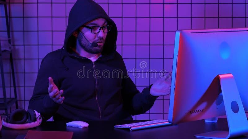 Aufpassender Strom des Gamer oder des Ausläufers Enttäuscht am Ende stockfotos