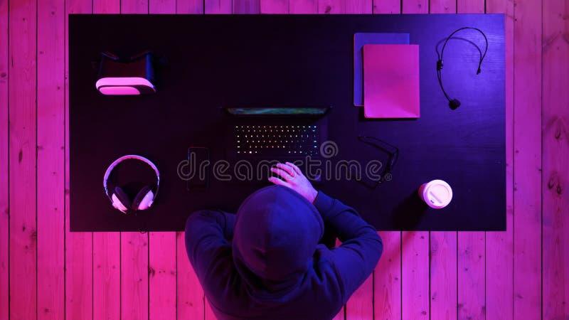 Aufpassender Strom des netten begeisterten Mannes Jemand, welches das Computerspiel gewinnt lizenzfreies stockbild