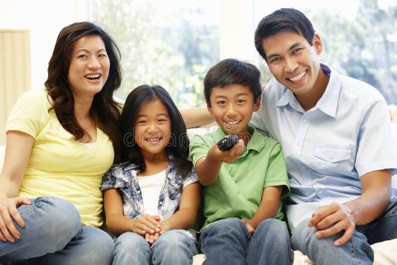 Aufpassendes Fernsehen der asiatischen Familie lizenzfreies stockfoto