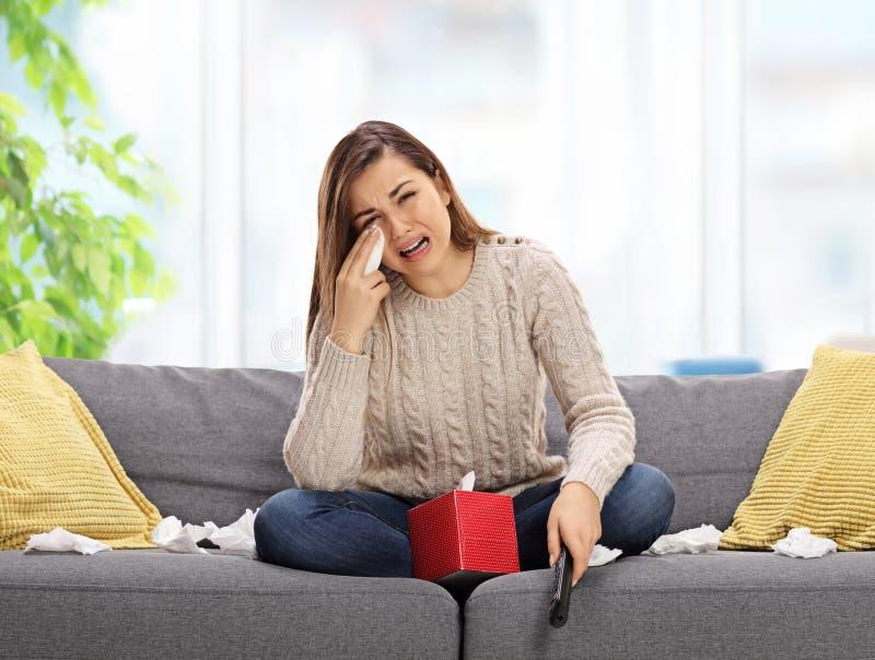 Aufpassendes Fernsehen und Schreien der traurigen Frau stockfotos