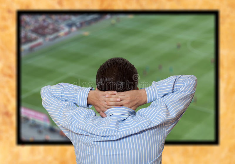 Aufpassendes Fußballspiel des Mannes stockfotos