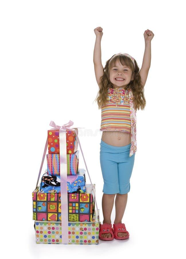 Aufregendes Mädchen mit Stapel Geschenken lizenzfreie stockfotografie