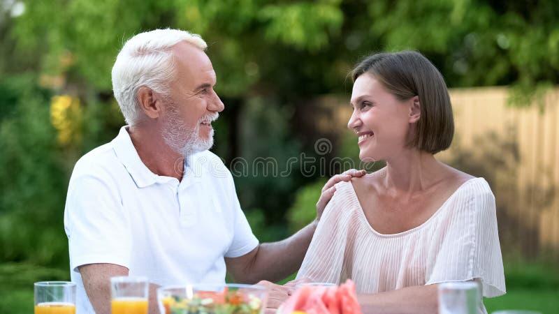Aufrichtiges Gespräch des Vaters mit herangewachsener Tochter, emotionales Gespräch, raten lizenzfreies stockfoto