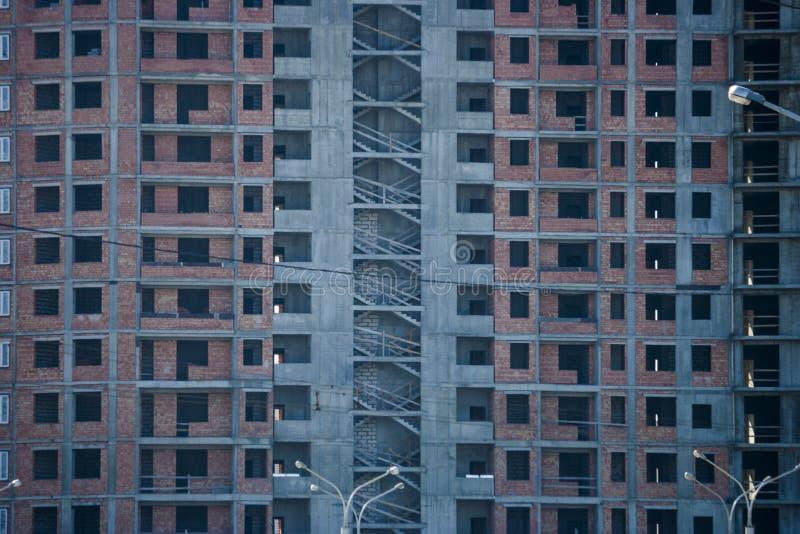 Aufrichtung des modernen Gebäudes lizenzfreie stockbilder