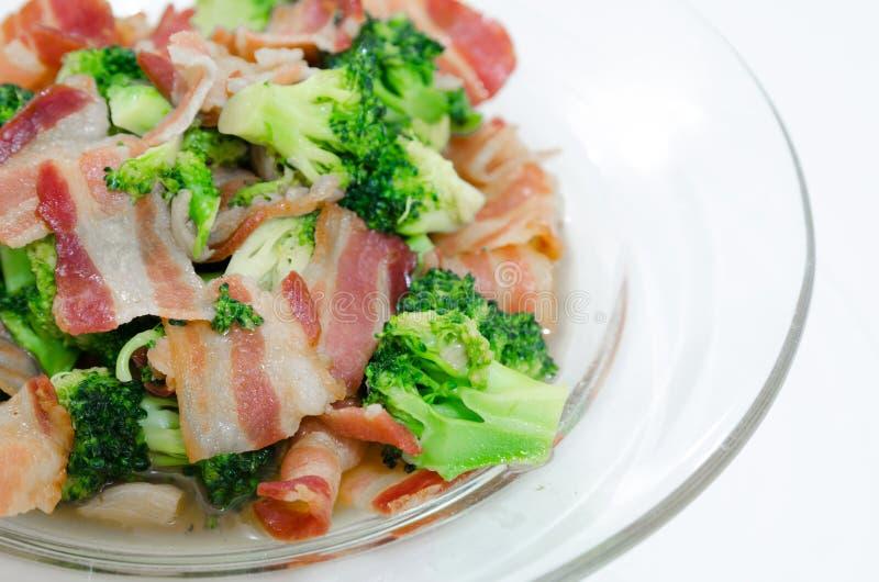 Aufruhr Fried Broccoli mit Speck stockfotos