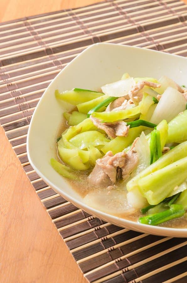 Aufruhr gebratener Gemüsepaprika mit Zwiebel und Schweinefleisch lizenzfreies stockfoto