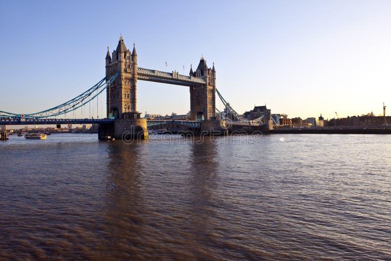 Aufsatz-Brücke und der Fluss Themse am Sonnenuntergang lizenzfreie stockfotos