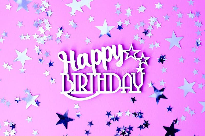 Aufschrift-alles Gute zum Geburtstag auf einem rosa Hintergrund mit Sternen lizenzfreies stockbild