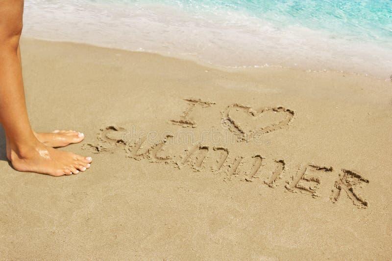 Aufschrift auf nassem Sand I Liebes-Sommer Konzeptfoto von Sommerferien lizenzfreie stockfotos