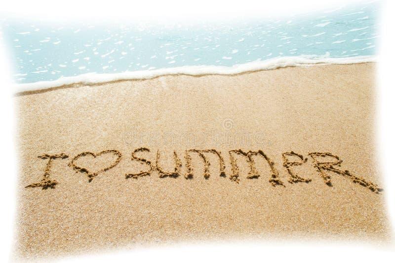 Aufschrift auf nassem Sand I LIEBES-SOMMER mit einem gemalten Herzen Konzeptfoto von Sommerferien stockfoto