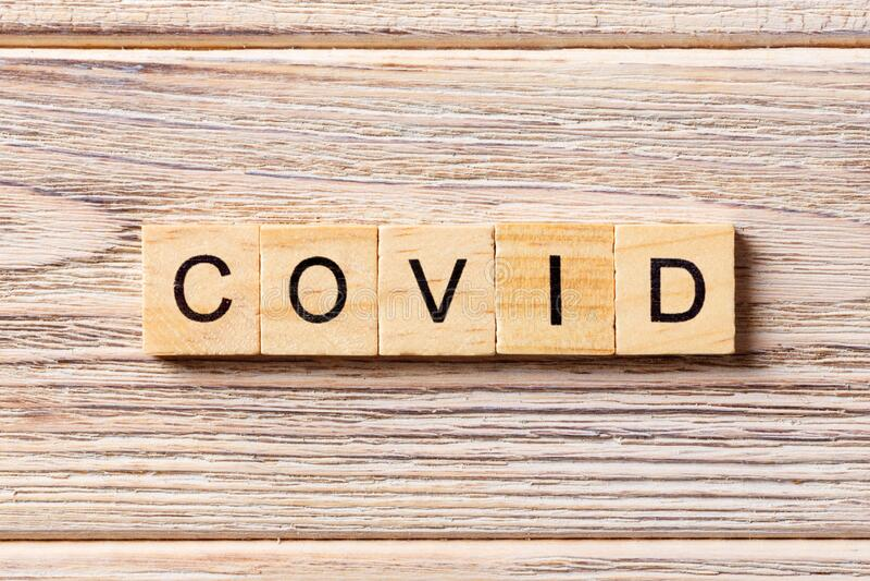 Aufschrift COVID auf Holzboden Covides Wort auf Holzblock geschrieben Text auf Holztisch für Ihr Design, Wuhan Coronavirus lizenzfreies stockbild