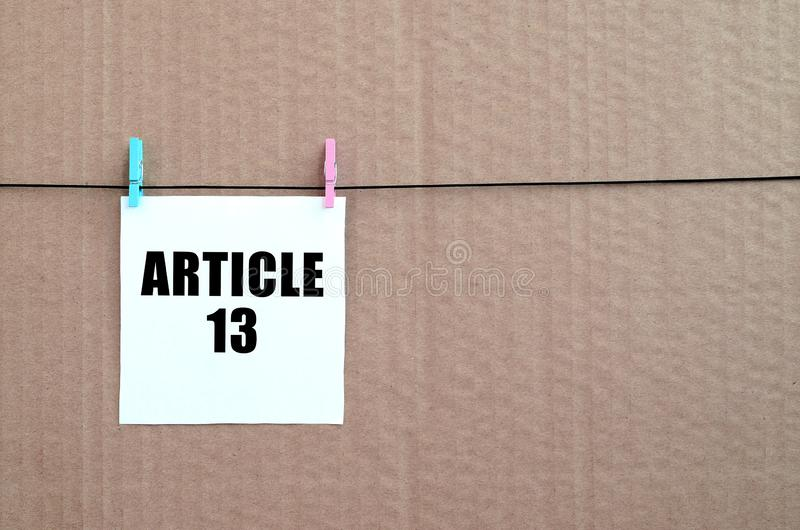 Aufschrift des Artikels 13 auf wei?er Karte auf Seil auf einem braunen Papphintergrund stockfotos