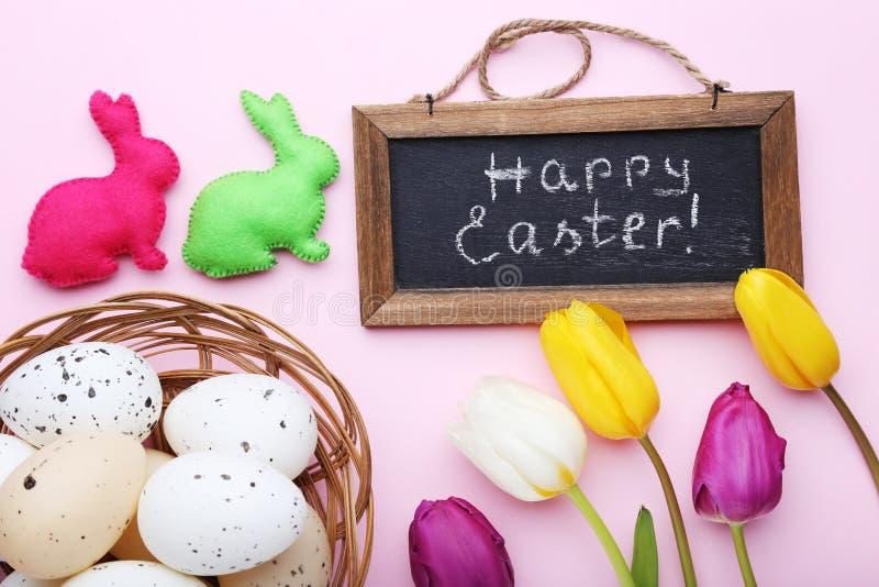 Aufschrift fröhliche Ostern lizenzfreie stockbilder
