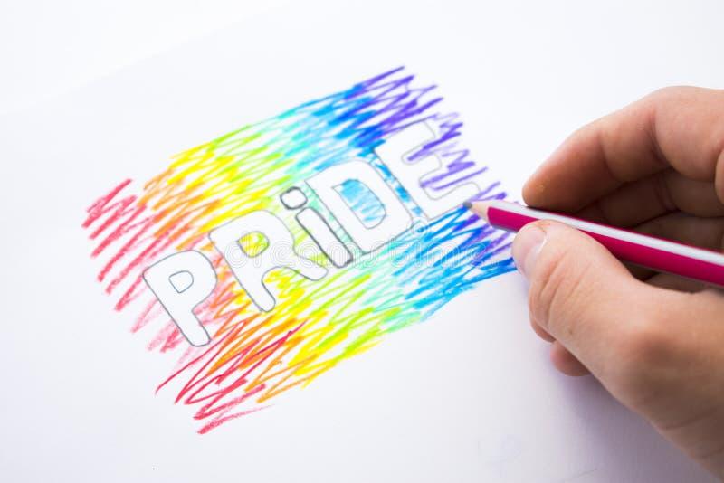 Aufschrift-Stolz gemalt in den Farben des Regenbogens Tag des Homosexuellen Pride Month lizenzfreie stockfotos