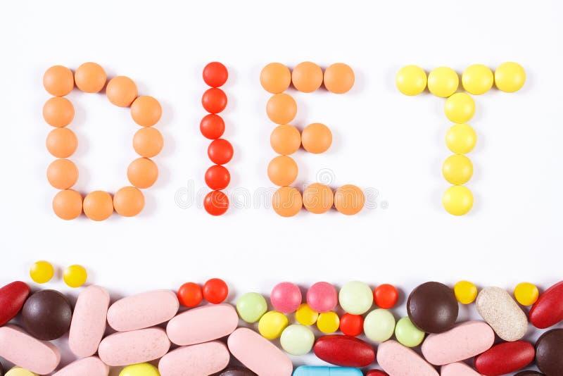 Aufschriftdiät gemacht von den medizinischen Pillen und von den Tabletten auf weißem Hintergrund-, Diät- und Gesundheitswesenkonz lizenzfreie stockfotos
