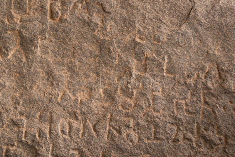 Aufschriften von Kaiser Ashoka auf Felsbrocken in Maski, Raichur, Indien lizenzfreie stockfotografie