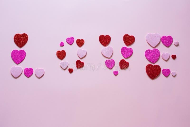 Aufschriftliebe im Herzen am Valentinsgruß-Tag stockfotos