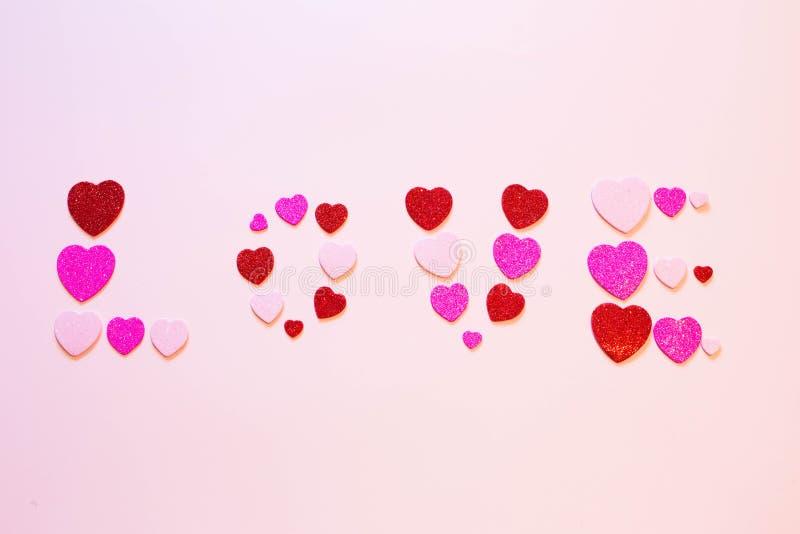 Aufschriftliebe im Herzen am Valentinsgruß-Tag stockbild